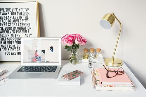 escritorio decorado con un ramo de rosas
