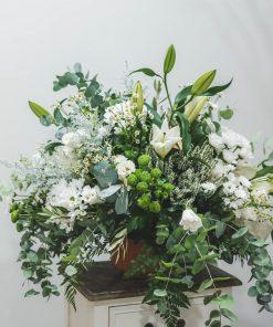 fotografía de centro bcon flores de temporada y lilums en blanco