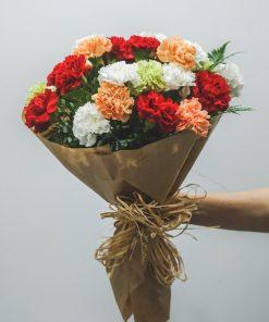 ramo claveles multicolor decorado para regalo