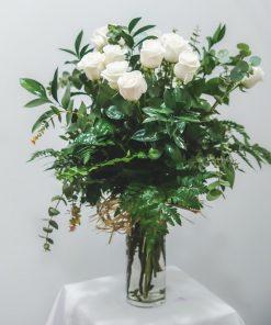 búcaro con rosas blancas