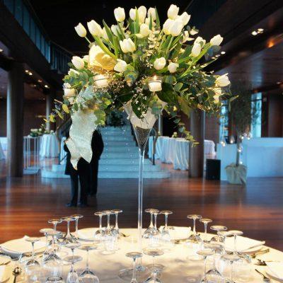 Centro de mesa alto con tulipanes blancos en las Arenas