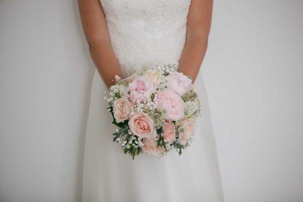 novia con ramo de novia de peonías