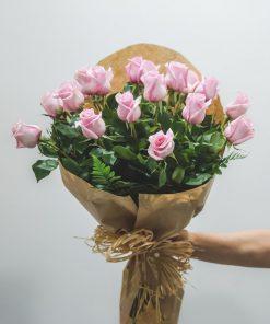 ramo rosas rosas envuelto