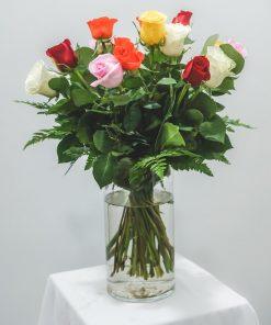 búcaro de cristal con ramo de 24 rosas multicolor