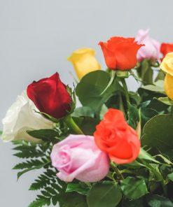 detalle ramo rosas multicolor