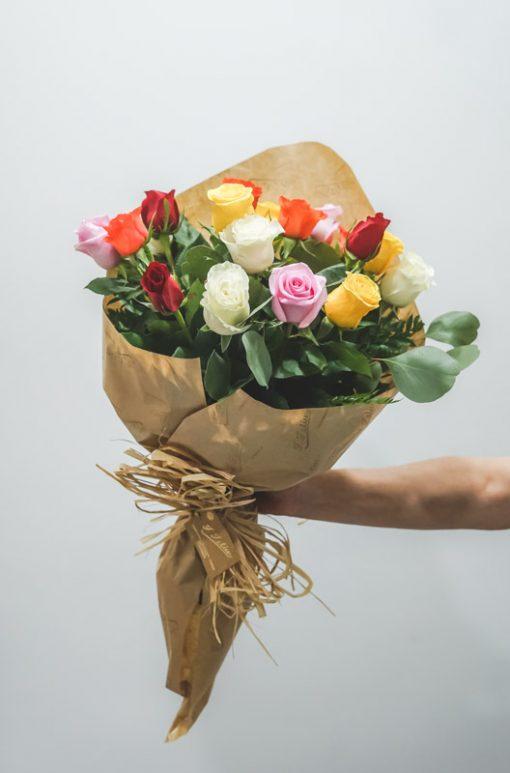ramo rosas multicolor envuelto para regalo