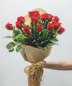 Presentación ramo rosas rojas envuelto en papel de regalo