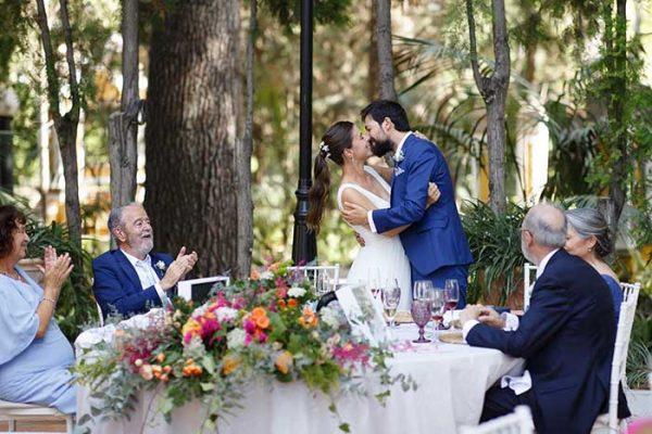 Elena y Carlos celebrando que ya son marido y mujer en el banquete