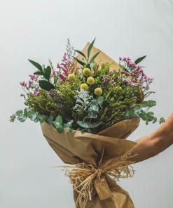 ramo de verdes silvestres con papel de regalo